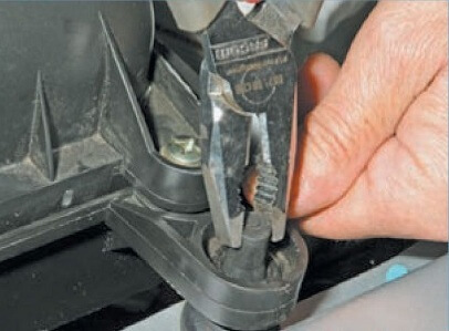 Три резиновых фиксатора удерживают модуль фильтра