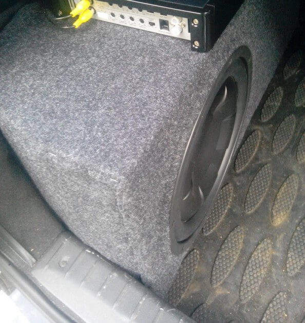 Сабвуфер в багажнике ВАЗ-2194