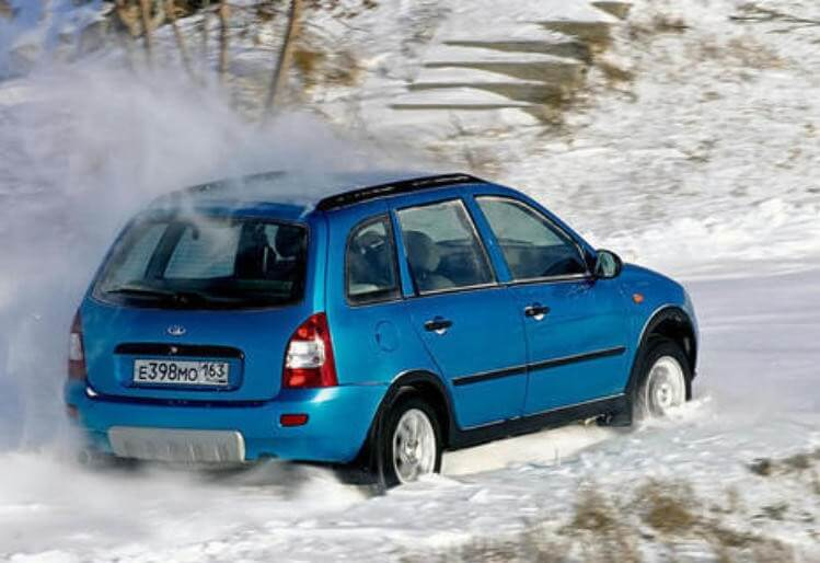 Лада Калина 2 едет по снегу
