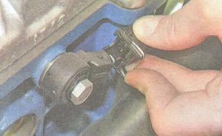 Демонтаж датчика детонации ВАЗ, шаг 1