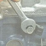 Демонтаж датчика детонации ВАЗ, шаг 2
