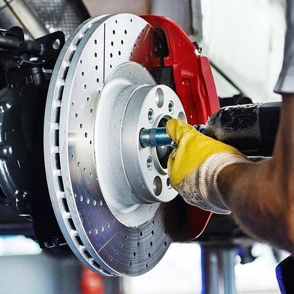Как заменить тормозные колодки и диски на передних колесах автомобиля